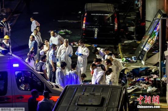 当地时间6月28日晚,土耳其伊斯坦布尔阿塔图尔克国际机场的国际航站楼发生两起爆炸事件,现场还传出交火声,目前已造成造成32人死亡、88人受伤。图为警务人员勘查案发现场。