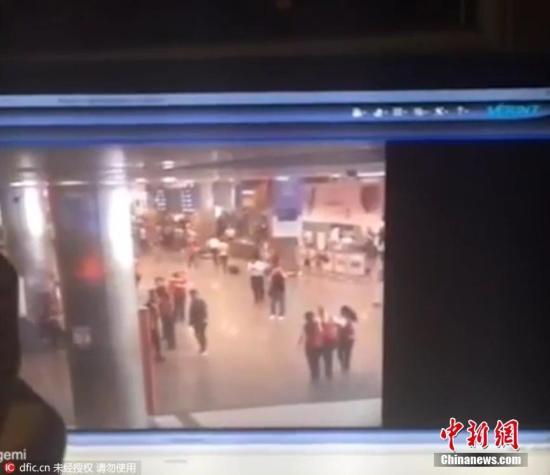 当地时间6月28日晚,土耳其伊斯坦布尔阿塔图尔克国际机场的国际航站楼发生两起爆炸事件,现场还传出交火声,目前已造成造成36人死亡、147人受伤。图为爆炸现场监控视频显示爆炸前的候机大厅内状况,随后就发生爆炸。
