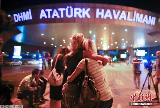 """受到爆炸惊吓的乘客互相拥抱安慰。土耳其总理耶尔德勒姆29日凌晨宣布,此次爆炸事件系极端组织""""伊斯兰国(IS)""""所为。"""