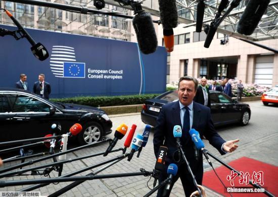 当地时间2016年6月28日,比利时布鲁塞尔,欧盟将举行新一轮峰会,多国领导人出席。这是英国脱欧公投后,英国首相卡梅伦与欧盟领导人之间的首次会面。按照欧盟此前确定的议程,本次欧盟峰会在布鲁塞尔当地时间28号到29号召开。本次峰会是英国首相卡梅伦在公投结果出炉后,首次与欧盟各国领导人会面。