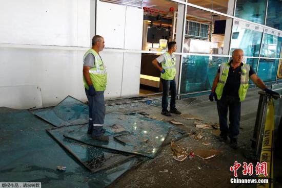 工作人员在清理爆炸产生的碎片。
