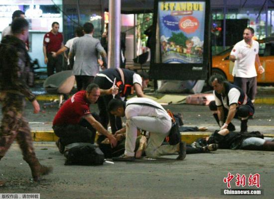 当地时间6月28日晚,土耳其伊斯坦布尔阿塔图尔克国际机场的国际航站楼发生两起爆炸事件,现场还传出交火声,目前已造成造成32人死亡、88人受伤。图为抢救伤员。