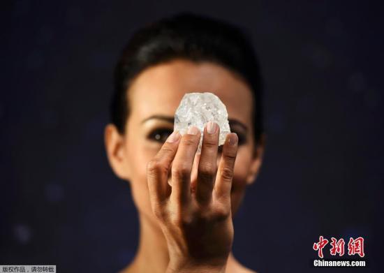 """资料图:模特展示世界第二大钻石原石""""Lesedi La Rona""""。"""