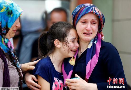 在伊斯坦布尔的一个太平间,遇难者的亲属为逝去的亲人痛哭。据媒体此前报道,袭击者有3人,他们在引爆自杀式炸弹前曾在机场开枪扫射,无迹象显示有袭击者逃跑。