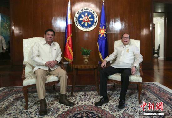资料图:菲律宾新总统杜特尔特(图左)与卸任总统阿基诺(图右)在一起。记者 malacanang 摄