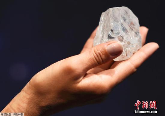 """这颗网球大小的宝石于去年秋天在卢卡拉钻石公司位于博茨瓦纳的一个钻石矿被发现,被命名为""""Lesedi La Rona"""",在茨瓦纳语中是""""我们的光芒""""的意思。(资料图) 文字来源:中国日报网"""