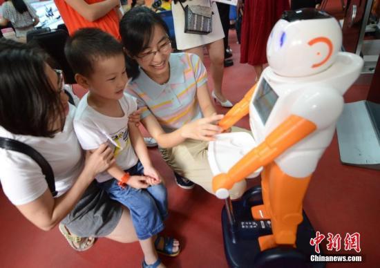 资料图:智能语音咨询机器人正做引导服务。 <a target='_blank' href='http://www.chinanews.com/'>中新社</a>记者 刘可耕 摄