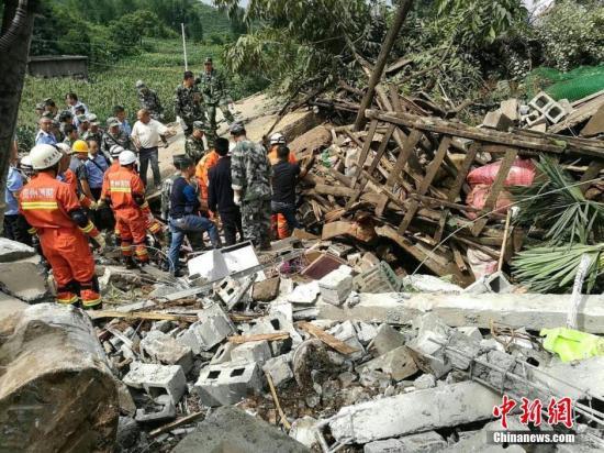 7月1日5时30分左右,贵州大方县理化乡偏坡村组发生山体滑坡灾害事故,导致11户30人被埋。事故发生后,多方救援力量赶赴现场全力搜救,目前已搜救出7人,其中1人死亡,6人生还,目前仍有23人失联。 中新社发 钟欣 摄