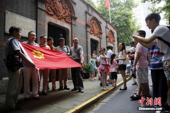 图为上海市民在中共一大会址合影留念(资料图)。中新社记者 汤彦俊 摄