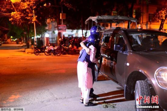 武装分子劫持人质并与警方交火。警方说,有两名警官在交火中丧生,另有包括两名警官在内的至少30人受伤。