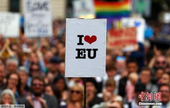 7月2日,英国大批民众在伦敦市中心举行示威游行,抗议英国脱离欧盟。组织者称,超过4万名示威者参加此次游行。