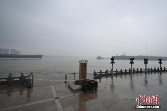 7月3日,停止当天14时,长江汉口站水位到达27.06米。武汉市已将防汛应急相应等级由三级晋升到二级,2万余人上堤查险。据理解,本年长江流域降雨量较长年偏多两成,来水较近30年均值偏多。 中新社记者 张畅 摄
