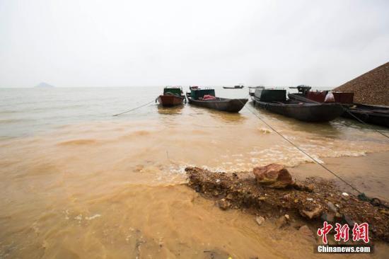 7月4日音讯受多轮强降雨及长江来水两重作用,国家第一大海水湖鄱阳湖水位倏地下跌,停止4日9时,鄱阳湖星子站水位为19.78米,超越戒备水位0.78米。今朝水位还在延续下跌。江西省水文局已公布大水蓝色预警,沿湖地域防汛局势严峻。图为江西都昌矶山左近大水涌登陆边。 傅建斌 摄