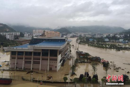 7月3日晚至4日,贵州省铜仁市西北部遭逢强降阴气候,铜仁市碧江区六龙山乡呈现特大暴雨,降水量为212.7毫米;2个县12个州里呈现大暴雨,3县56州里呈现暴雨。图为万山区谢桥新区大水内涝情形。中新社发 杜金镪 摄