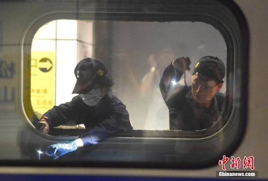 台湾台铁1258次区间车7月7日晚10时行驶到台北市松山车站时发生爆炸起火,24名乘客遭受轻重伤。图为警员在爆炸现场提取证据。 中新社记者 徐冬冬 摄