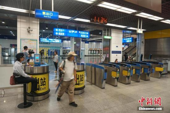 7月8日,台北警方指出,发生在7日晚10时的台铁爆炸案已初步排除恐怖攻击。图为台铁松山站站口增加了值班警力。<a target='_blank' href='http://www.torvenius.com/'>中新社</a>记者 陈孟统 摄