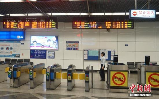 资料图:台铁松山站进站口。中新社记者 陈孟统 摄
