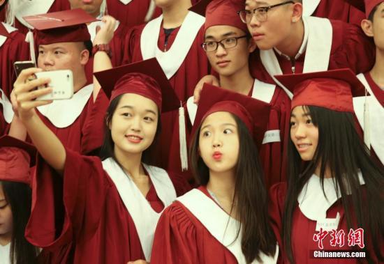 7月9日,中国中加学校――北京中加、深圳中加、安徽中加、贵阳中加、长沙中加5所学校高中毕业生,北京华仁学校、贵阳中加、兰州中加3所学校初中毕业生近千人,在北京人民大会堂举行毕业典礼。今年北京、深圳、安徽、贵阳、长沙中加学校的高中毕业生600多名,目前为止大部分毕业生被世界排名前250名的大学录取,全部毕业生已被录取,录取率为100%。 <a target='_blank' href='http://www.chinanews.com/'>中新社</a>记者 赵隽 摄