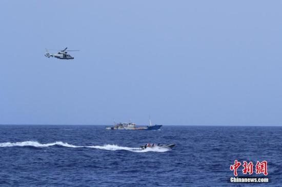 当地时间7月9日下午18时20分,经过50多小时、500余海里的连续航行,海军第二十三批护航编队顺利护送10艘中国籍渔船安全抵达红海南部海域,圆满完成此次护航任务。谢坤 摄