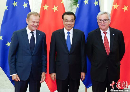 2016年7月12日,中国国务院总理李克强与欧洲理事会主席图斯克、欧盟委员会主席容克在北京人民大会堂共同主持第十八次中国欧盟领导人会晤。中新社记者 杜洋 摄