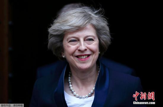 """英國首相卡梅倫7月11日下午宣布,他將于本周三(7月13日)正式辭職,現任內政大臣特雷莎·梅將接替他擔任英國首相。特雷莎·梅隨后發表講話稱,她非常榮幸能夠當選保守黨領袖并將出任英國首相,將以謙卑的姿態面對未來,努力團結全體國民,共同創造一個更加美好的英國。特蕾莎·梅今年60歲,曾在四任保守黨領袖手下任職,被稱為""""四朝元老"""",1997年當選國會議員,2010年起擔任內政大臣。她擔任首相后,將成為繼撒切爾夫人之后英國歷史上第二位女首相。"""