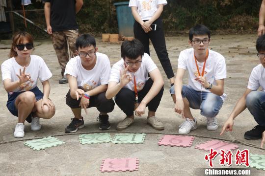 台湾学生正在进行拓展训练。 唐哲威 摄