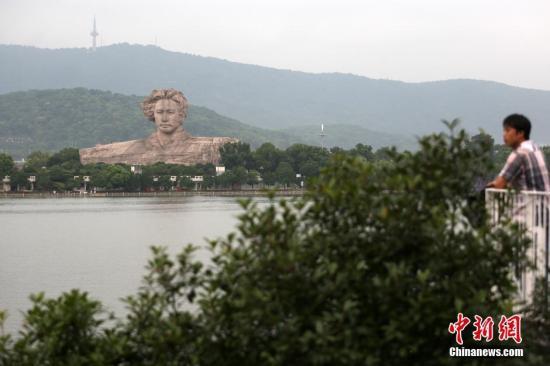 材料图:市民在湖南长沙橘子洲彼岸观赏湘江风光。中新社记者 泱波 摄