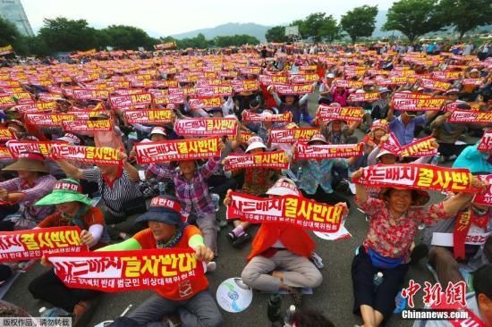"""当地时间2016年7月13日,韩国星州郡,民众高喊口号集会,反对美军在韩部署""""萨德""""防导系统(THAAD)。"""