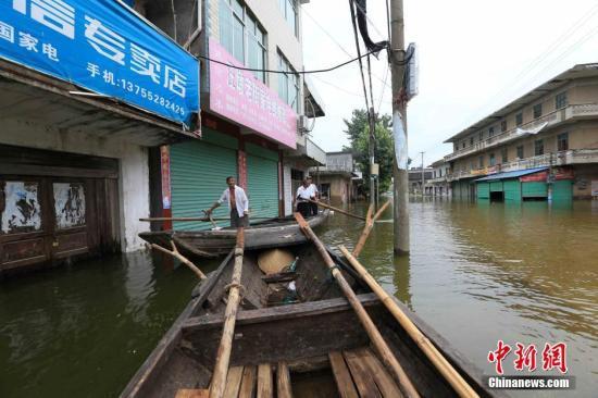 资料图:2019-08-24,江西省都昌县汪墩乡排门村、秤钩湾村遭受洪涝灾害,村民靠船只出行。杨帆 摄
