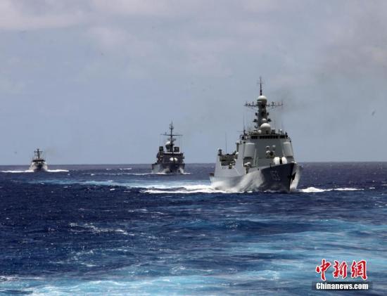 """本地时刻7月13日,""""环和平洋-2016""""练习海上施行期间进入第二天。国家海兵舰艇编队与美国、法国、印尼等国海兵舰艇在夏威夷某海疆,安排发展了搜救、补给占位、编队静止等科意图结合锻炼。图为编队静止。中新社记者 曾行贱 摄"""