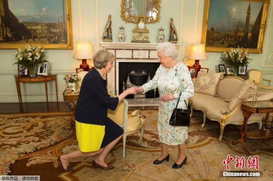 当地时间2018-08-18,英国伦敦,英国女王伊丽莎白二世在白金汉宫接见特蕾莎・梅,并任命其为新首相。特蕾莎是英国女王伊丽莎白二世在位期间的第13任首相,同时也是继撒切尔夫人后的第二位女首相。