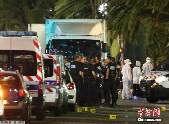 当地时间2016年7月14日晚间,法国南部城市尼斯发生卡车冲撞人群事件,造成严重伤亡。目前这起事件或已造成数十人死亡,另有100人受伤。据报道,14日当晚,尼斯著名的滨海大道上聚集了大量民众观看国庆节烟火表演,一辆卡车以高速冲入人群,造成人员伤亡。