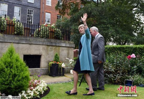 当地时间2016年7月14日,英国伦敦,英国首相特蕾莎・梅在府邸花园中举办警察勇敢奖招待会。