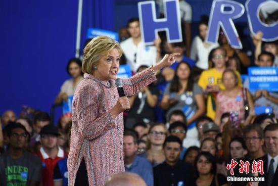 """当地时间7月14日,美国总统大选民主党""""假定提名人""""希拉里·克林顿在弗吉尼亚州费尔法克斯县举行竞选活动,弗吉尼亚州联邦参议员蒂姆·凯恩同台助选。图为希拉里。记者 张蔚然 摄"""