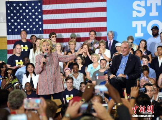 """当地时间7月14日,美国总统大选民主党""""假定提名人""""希拉里・克林顿在弗吉尼亚州费尔法克斯县举行竞选活动,弗吉尼亚州联邦参议员蒂姆・凯恩同台助选。图为希拉里。 记者 张蔚然 摄"""