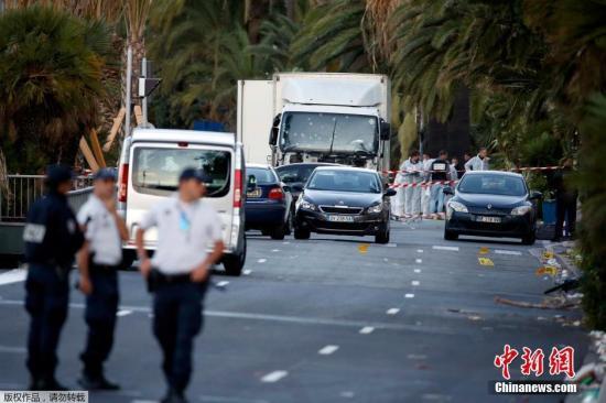 尼斯所在地区的官员称,在肇事卡车上发现了枪支和其他更重型的武器。法国警方称,在卡车上发现了属于一名31岁的突尼斯裔法国人的身份证明。目前,卡车司机的身份鉴别工作仍在进行。