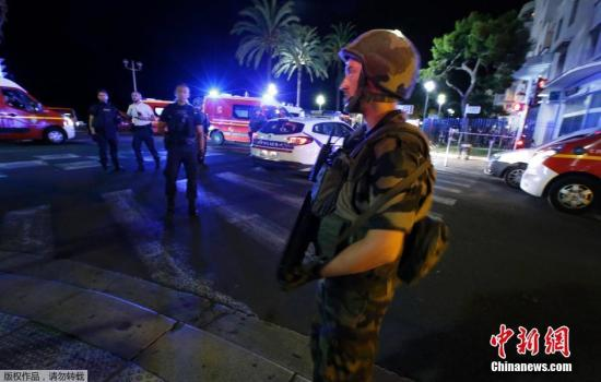 法国士兵在事发地点执勤。卡车司机目前已被击毙,调查将确定他是否有同伙。卡车司机的身份暂时还没有得到确认,也没有任何组织宣称对此次袭击事件负责。