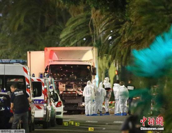 当地时间7月14日晚间,法国南部城市尼斯发生卡车冲撞人群事件,造成严重伤亡。