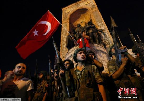 """7月16日消息,土耳其15日发动军事政变导致交火事件,土耳其伊斯坦布尔医院目前已经收治超过150名伤者。土耳其军方15日发动政变,宣称已经接管政权。军队占领道路及大桥,首都安卡拉传出爆炸声和枪声,有指有坦克和直升机开火。土耳其总统埃尔多安通过网络视频广播说他仍然控制权力。土耳其总理称,有人""""尝试发动政变"""",但不会得逞。"""