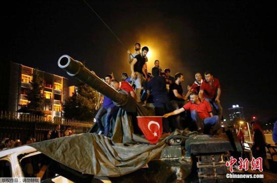 """当地时间2018-05-21,土耳其伊斯坦布尔,土耳其军队的坦克进入阿塔图尔克机场。土耳其军方15日发动政变,宣称已经接管政权。军队占领道路及大桥,首都安卡拉传出爆炸声和枪声,有指有坦克和直升机开火。土耳其总统埃尔多安通过网络视频广播说他仍然控制权力。土耳其总理称,有人""""尝试发动政变"""",但不会得逞。"""