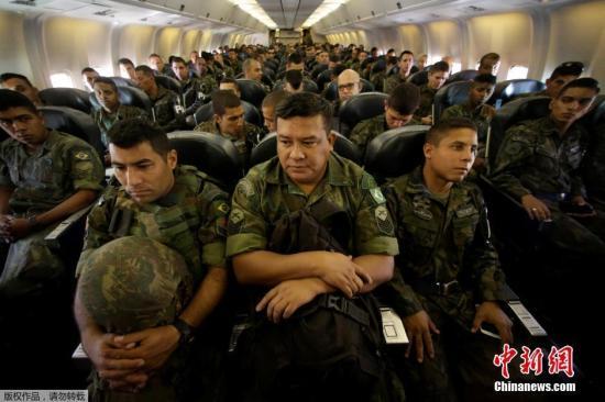 当地时间2016年7月14日,巴西里约热内卢,巴西空军举行大规模演习,确保奥运期间领空安全。巴西陆战部队也抵达巴西空军基地,进行军事演练。