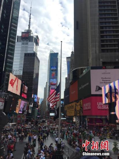 当地时间7月15日,美国纽约时代广场降半旗,悼念法国尼斯恐袭遇难者。 <a target='_blank' href='http://www.chinanews.com/'>中新社</a>记者 邓敏 摄