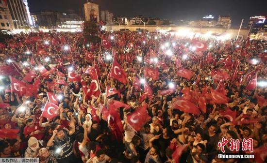 """7月17日消息,当地时间7月16日,土耳其政府宣布挫败由部分军方人士发动的军事政变,2800多名军人因涉嫌参与政变遭逮捕。土耳其总理称,情况已经""""完全得到控制""""。此次政变造成了严重伤亡。图为当地民众聚集在塔克西姆广场谴责军事政变。"""