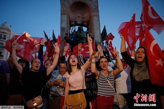 """7月17日消息,当地时间7月16日,土耳其政府宣布挫败由部分军方人士发动的军事政变,2800多名军人因涉嫌参与政变遭逮捕。土耳其总理称,情况已经""""完全得到控制""""。此次政变造成了严重伤亡。图为当地民众集会谴责军事政变。"""