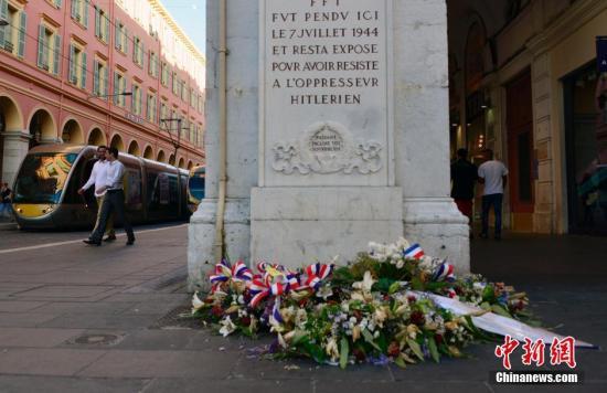 当地时间2017年7月16日,法国尼斯,民众自发悼念恐袭遇难者。图为尼斯市中心一处摆放鲜花的悼念地点。 中新社记者 龙剑武 摄