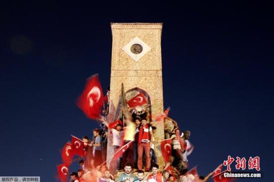 当地时间2016年7月16日,土耳其政府宣布挫败由部分军方人士发动的军事政变,2800多名军人因涉嫌参与政变遭逮捕。图为当地民众聚集在塔克西姆广场谴责军事政变。