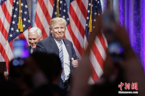 """7月16日,美国总统大选共和党""""假定提名人""""唐纳德・特朗普(右)和竞选搭档、印第安纳州州长迈克尔・彭斯(左)在纽约出席竞选活动,这是特朗普宣布彭斯为其副总统竞选搭档后两人首次同台亮相。 记者 廖攀 摄"""