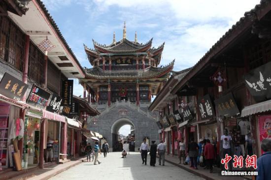 资料图:四川凉山州会理古城宽阔的街道,这座历史文化古城拥有2000多年历史。 邹立杨 摄