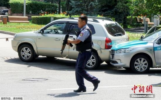 一名持枪警察在事故现场。消息称,地区内务部门附近的区域已经被封锁。