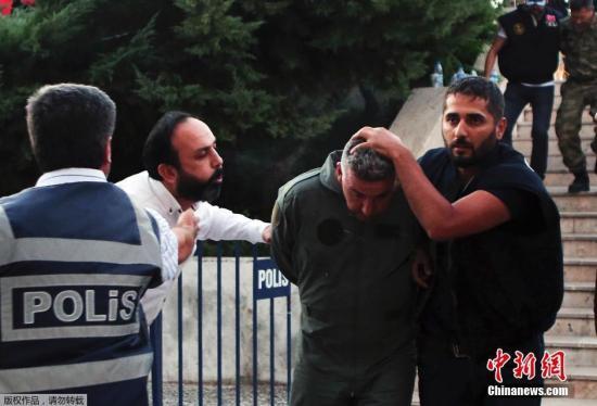 本地时刻7月17日,涉攻击土耳其总统下榻旅店的暴乱分子在土耳其穆拉省被捕。据悉,土耳其16日清晨发作军事政变,总统埃尔多安正在土耳其东北部爱琴海旅行都会马尔马里斯休假,在其分开1小时后他下榻的旅店受到暴乱分子轰炸。